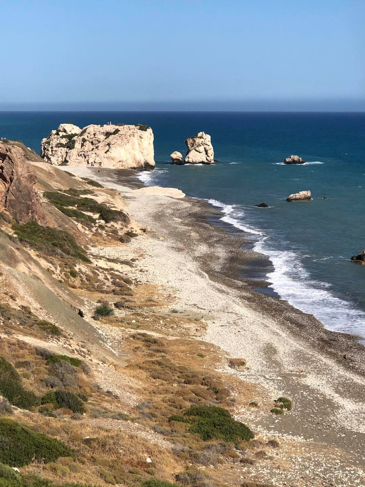 Ο Βράχος της Αφροδίτης (ή, αν προτιμάς, Η Πέτρα του Ρωμιού) βρίσκεται στην ακτή, δίπλα στον κεντρικό δρόμο Πάφου - Λεμεσού.