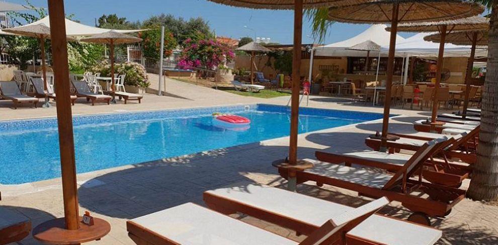 Cosmopolis pool bar
